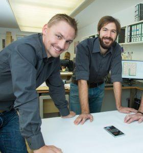 Josef Friedrich und Andreas Unterberger bei der Besprechung eines Treppenplanes