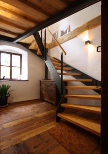 Loft-Treppe mit Stufen in Altholz.